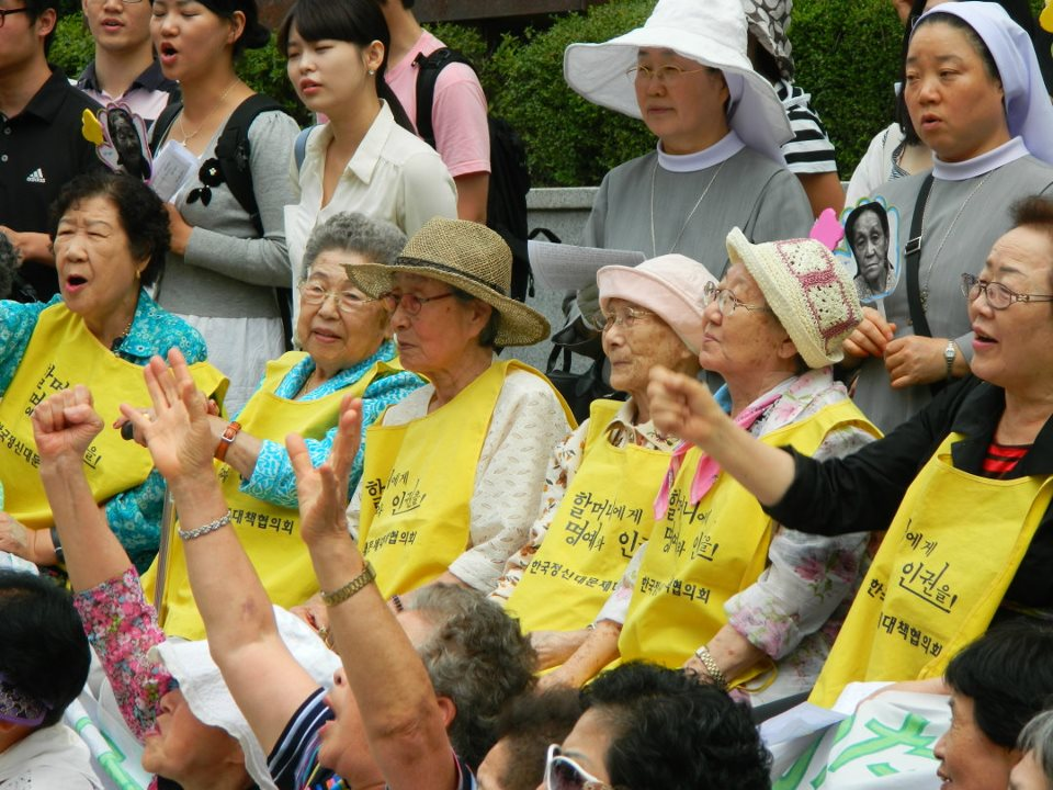 Comfort_Women,_rally_in_front_of_the_Japanese_Embassy_in_Seoul,_August_2011_(3)